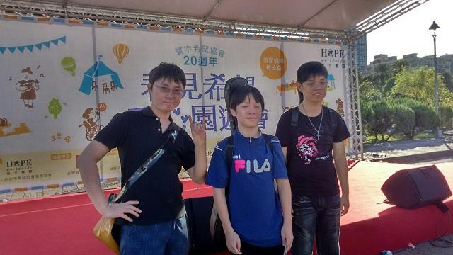 病友表演3人合照。