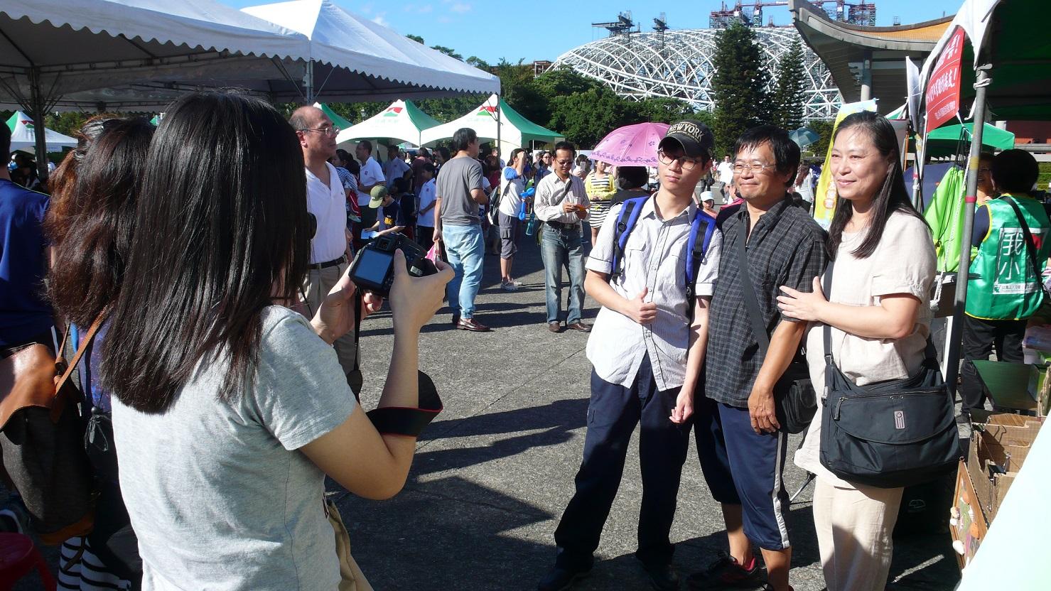 星安家接受媒體採訪。