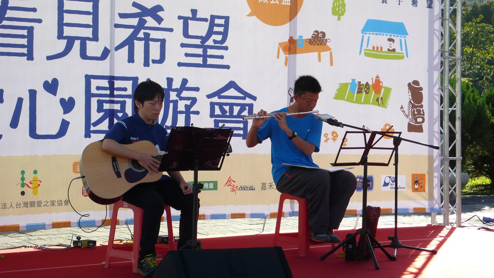 病友仁甫(右)表演長笛及逸正(左)表演吉它。