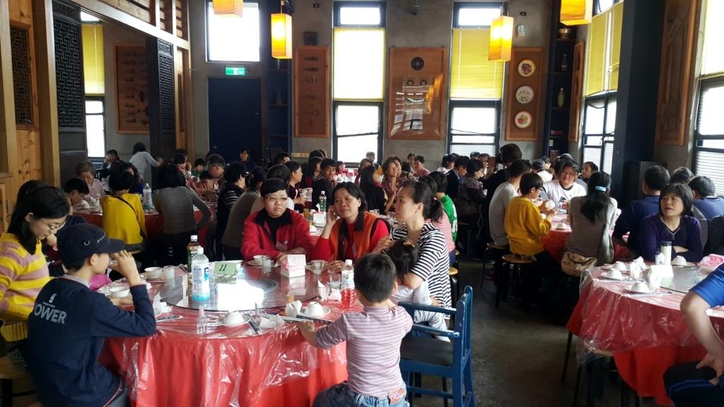 吳汭千餐廳用餐