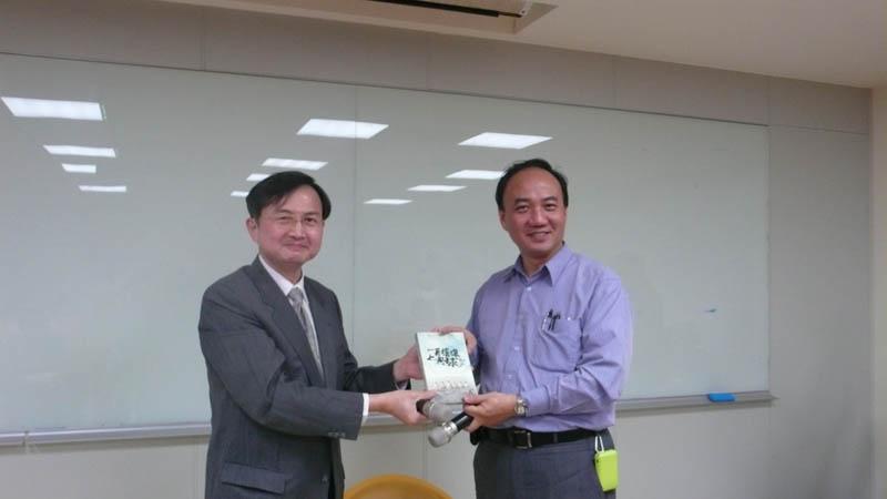 理事長致贈DVD給蔡政道醫師